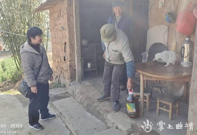 """沾益区城管局为贫困户送""""春季温暖"""""""
